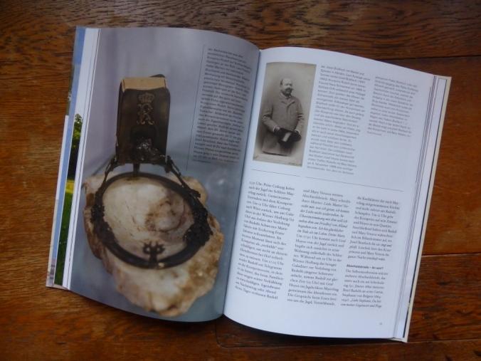 """Das Buch """"Mayerling 1889"""" mit einer meiner Leihgaben, einem Aschenbecher aus dem Jagdschloss des Kronprinzen. Foto: LRF"""