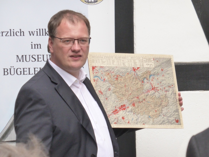 EN-Landrat Olaf Schade mit einer historischen Karte des Ennepe-Ruhr-Kreises anlässlich des Internationalen Museumstages 2017 vor dem Museum im Bügeleisenhaus in Hattingen. Damals im Mai reifte die Idee, mal alle Städte des Kreises zu besuchen. Foto: Lars Friedrich