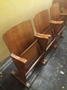 Aus welchem Hattinger Kino diese Bänke wohl stammen? Foto: LRF/HAT