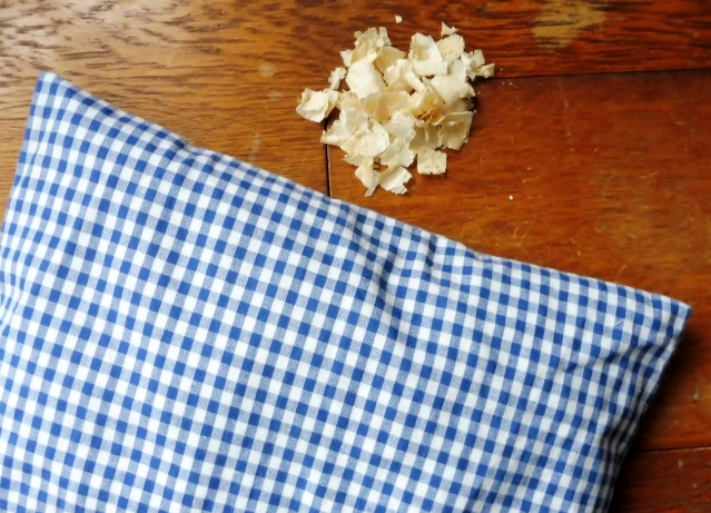 Kleines Kissen, große Wirkung: Ich fühle mich besser, seit ich auf Zirbenholzspänen schlafe. Foto: LRF/HAT