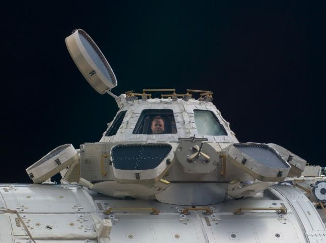 Die Cupola mit Ron Garan bei der ISS-Expedition 28 im Jahr 2011. Foto: NASA, Gemeinfrei